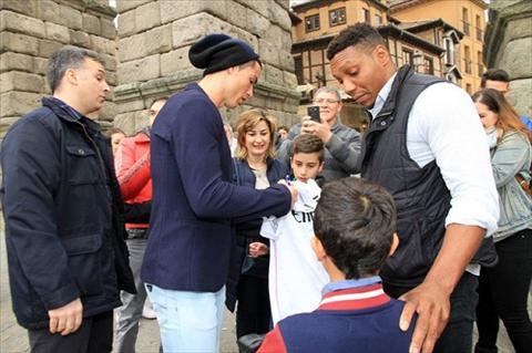 Ban gai Ronaldo bi chi trich vi mac vay ngan cun con hinh anh