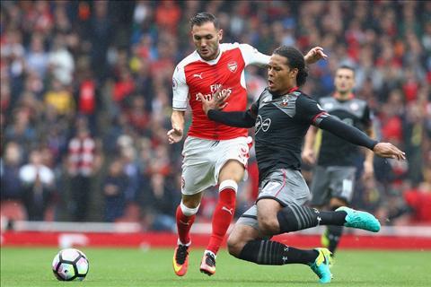 Arsenal vs Southampton van Dijk tranh bong voi Perez