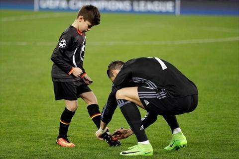 Ngoi sao Ronaldo duoc 3 cau am nha doi thu thich me toi hinh anh