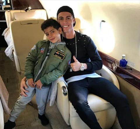 Ngoi sao Ronaldo lai nho nguoi de thue, sap co them  song sinh hinh anh