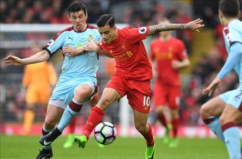 Liverpool vs Burnley Coutinho di bong