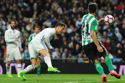 Thong ke Real 2-1 Betis Ronaldo lap them ky luc hinh anh