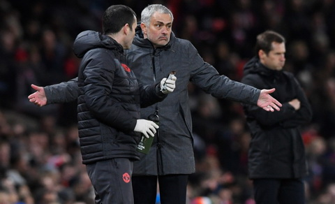 Jose Mourinho phan nan ve lich thi dau cua Man Utd.