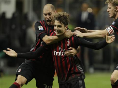 Tong hop AC Milan 1-0 Genoa (Vong 29 Serie A 201617) hinh anh