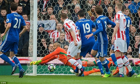 Du am Stoke 1-2 Chelsea Ban linh nha vo dich hinh anh 2