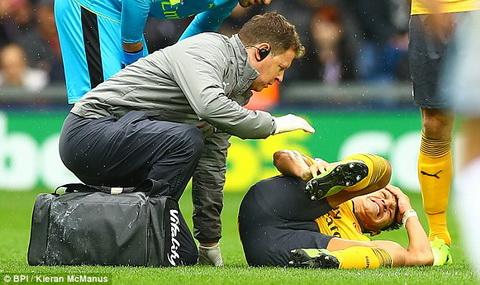 Alexis Sanchez dinh chan thuong trong tran thua cua Arsenal.
