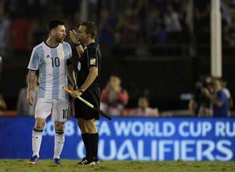 Ngoi sao Messi noi con tam banh voi trong tai tran Argentina 1-0 Chile
