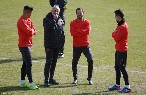 HLV Mourinho lo ngai chat luong san cua doi thu Rostov hinh anh