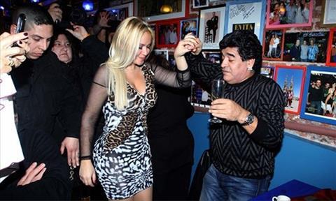 Diego Maradona duoc bo cu het loi khen ngoi hinh anh 2