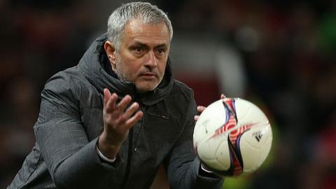 Jose Mourinho khong hai long voi hang cong MU.