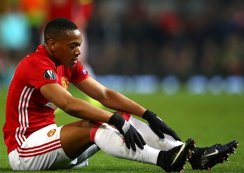 Mourinho canh bao Martial Theo cach cua toi hoac ra di hinh anh