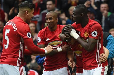 Tien ve Ashley Young MU can nhieu hon Top 4 hinh anh