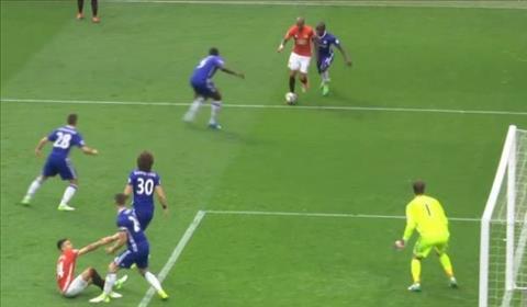 Doi truong Chelsea bi fan xi va vi hanh dong nghia hiep khong dung luc hinh anh