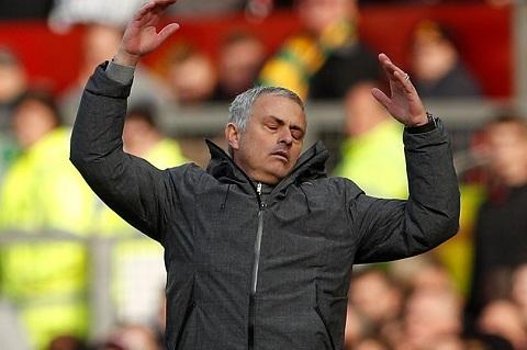 MU hoa nhat nheo, HLV Mourinho do loi cho 4 cau thu hinh anh