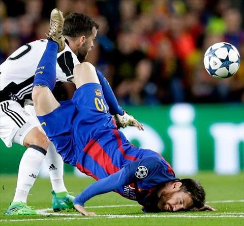Messi bi nga sap mat bi cu dan mang che anh hinh anh