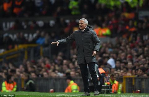 Jose Mourinho va cac hoc tro co phan chu quan trong tran MU 2-1 Anderlecht.
