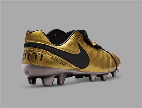 Nike phat hanh phien ban dac biet ton vinh Totti hinh anh 2