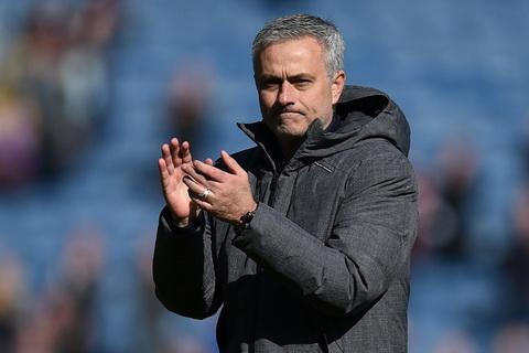 Jose Mourinho san bang thanh tich cua Sir Alex Ferguson sau tran derby Manchester.