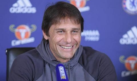 Antonio Conte khong muon noi chuyen voi cau thu Chelsea sau tran dau.