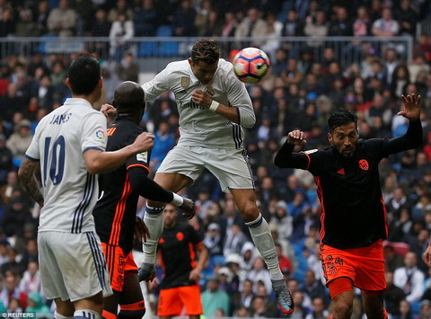 Du am Real Madrid 2-1 Valencia Man tong duyet thot tim hinh anh
