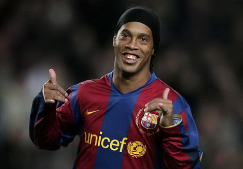 Cuu sao Ronaldinho den Barcelona vi tinh ban voi Sandro Rosell.