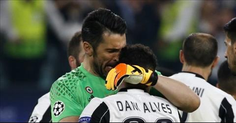 Vi Gigi Buffon va Dani Alves, Xu Wales khong co khai niem fan trung lap hinh anh 3