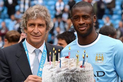 Yaya Toure doi CDV Man City mang banh sinh nhat den Etihad hinh anh