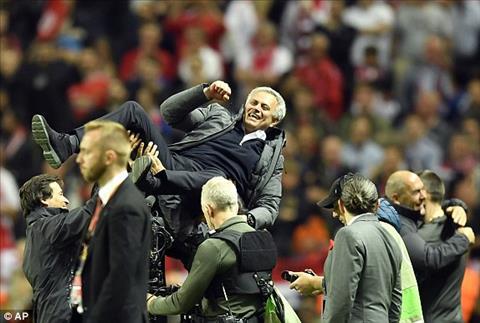 Ajax 0-2 MU Thang dung chat Mourinho, Man do buoc len buc vinh quang hinh anh 5