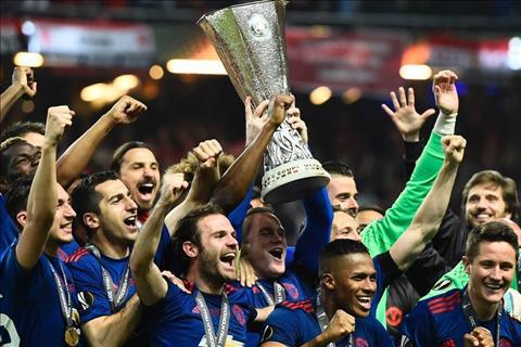 Rooney va cau thu M.U nang cao chuc vo dich Europa League
