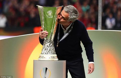 Jose Mourinho lap them mot ky luc sau chuc vo dich Europa League.