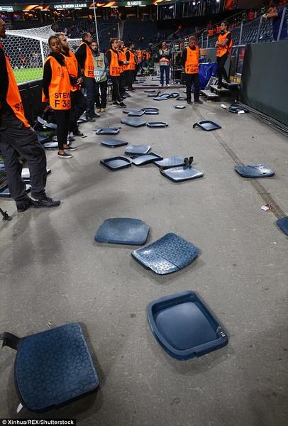 CDV Ajax quay pha khan dai san Friend Arena khi MU gianh ngoi vo dich Europa League.