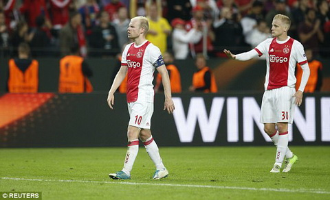 Doi truong Davy Klassen phai tien gan khan dai de khuyen cac CDV Ajax kiem che trong tran chung ket Europa League.