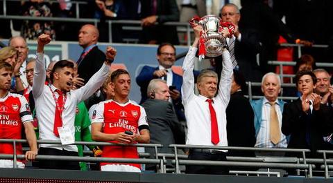 Arsene Wenger cuu van mua giai trang tay bang chiec cup vo dich FA Cup.