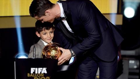Con trai Ronaldo choi bong tai nang nhu cha hinh anh 2