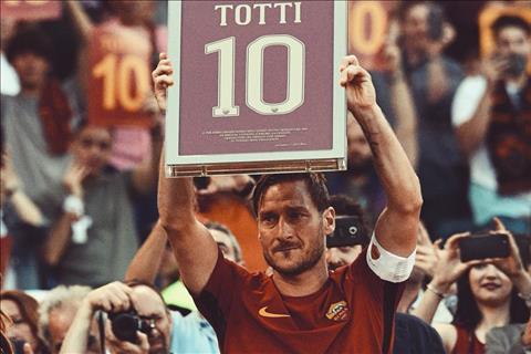 Totti roi Roma voi chiec ao so 10
