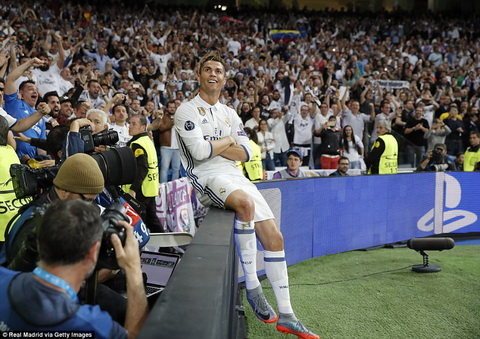 Cris Ronaldo duoc tan duong het loi sau khi lap hattrick vao luoi Atletico Madrid.