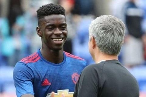 Mourinho thua nhan se de Tuanzebe roi MU hinh anh