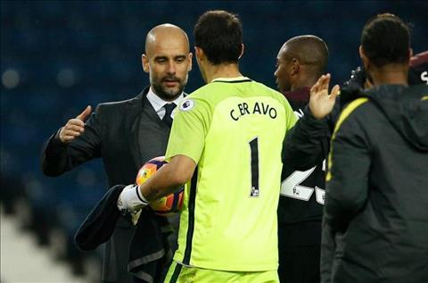 HLV Guardiola tinh day thu mon Bravo khoi Man City hinh anh