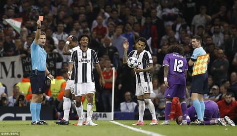 Juan Cuadrado va Juventus chi co the tu trach minh khi the hien tam ly kem hon doi thu.