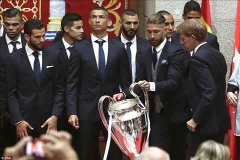 Cris Ronaldo da mung chuc vo dich bang kieu dau moi