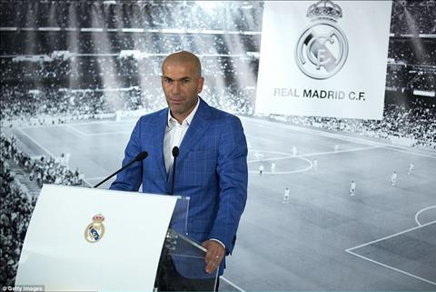 Zidane Nha cam quan dua danh dap huyen thoai cau thu vao qua khu hinh anh 2