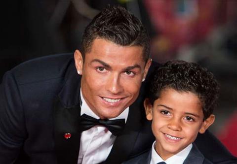 Ronaldo can mua them tu de bay danh hieu cua hai bo con hinh anh 2