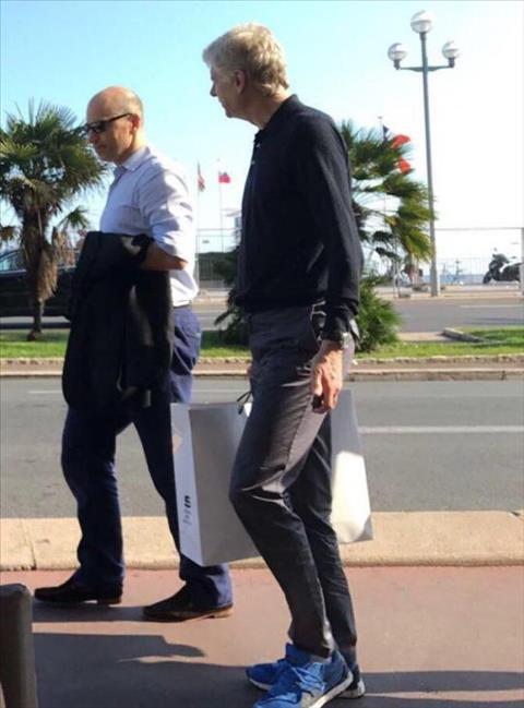 HLV Arsene Wenger dang co mat tai Phap