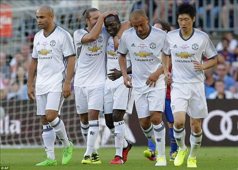 Huyen thoai Barca 1-3 Huyen thoai MU Ronaldinho, Rivaldo bai tran truoc Yorke, Park Ji Sung hinh anh