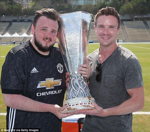 2 ngoi sao tranh thu chup anh voi chiec cup Europa League