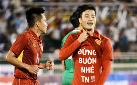 Van Toan da pham luat FIFA khi in thong diep xin loi ban gai tren ao dau hinh anh