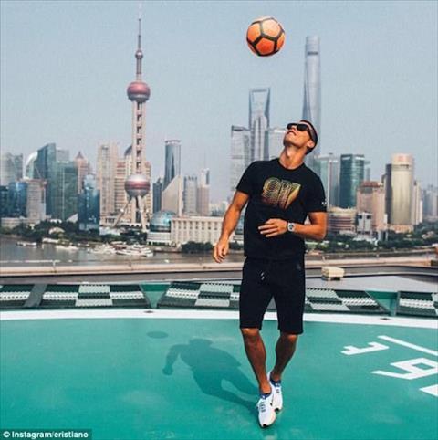 Ronaldo tro tai choi bong dieu nghe tai chau A hinh anh