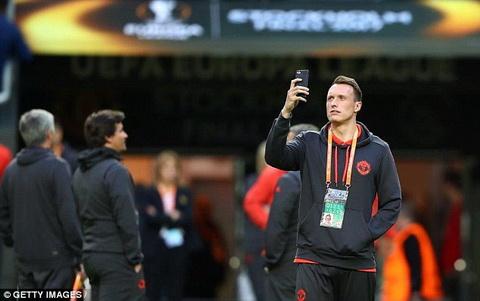 Man Utd tuyen bo khang an treo gio cua Phil Jones hinh anh