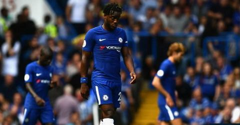 CLB Chelsea tro thanh nha duong kim vo dich Premier League dau tien de thua 3 ban trong hiep mot tran mo man.