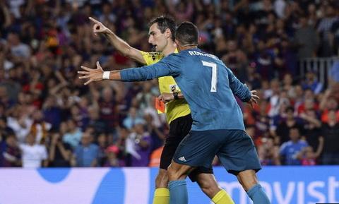 Nguoi Real Madrid phat dien voi an phat cua Ronaldo hinh anh